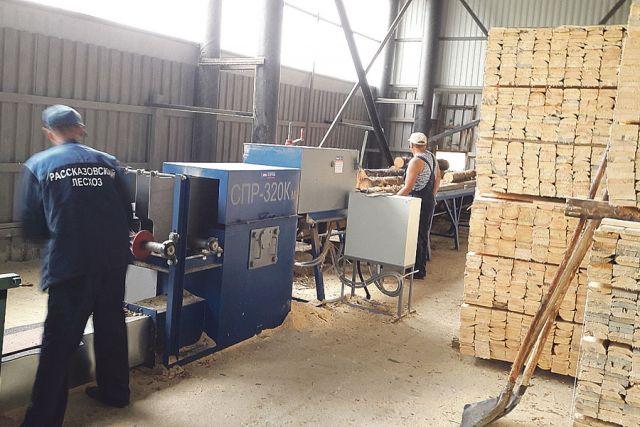 В лесхозе наладили производство тарной доски, которая пользуется большим спросом.
