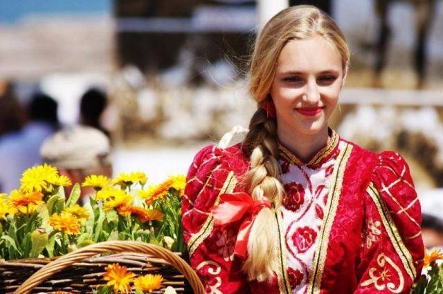 Девушка в костюме кубанской казачки.