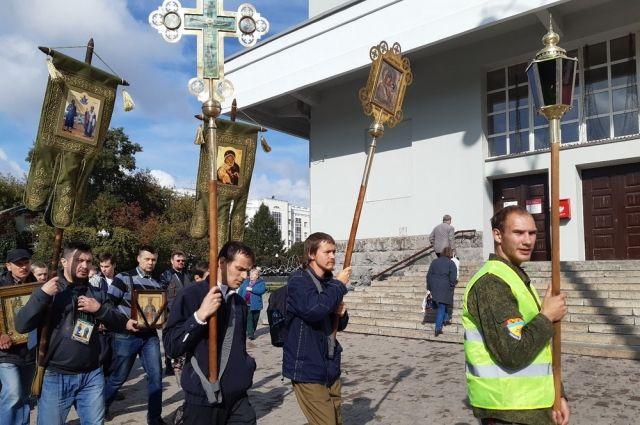 В этом году крестный ход идёт и с иконой святой Екатерины, которую передал в дар одноимённый фонд.