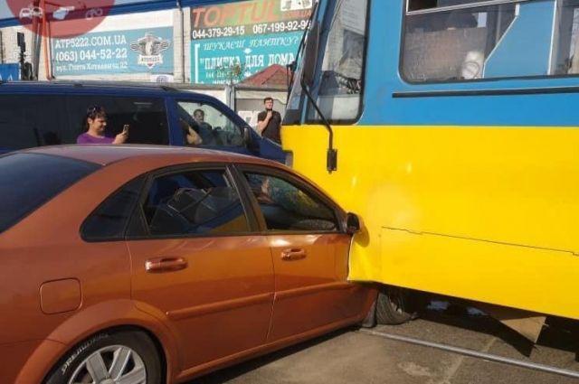 В Киеве трамвай переехал автомобиль