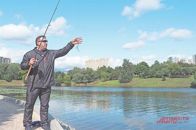Иван Якимов регулярно ловит рыбу  на берегу Большого Очаковского пруда.