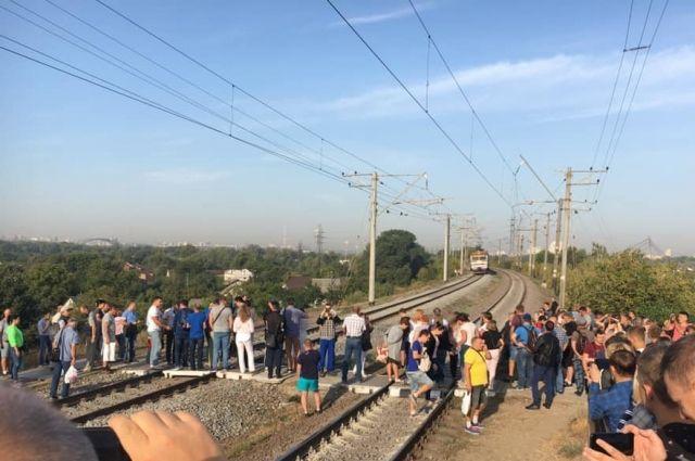 Заблокирована электричка: в Киеве пассажиры перекрыли железнодорожные пути