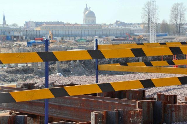 На Мытнинской набережной полным ходом идут работы.