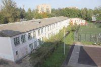 Вид из окна школы №3: слева - пустующее здание, куда могла бы переехать начальная школа, справа - школьный стадион.