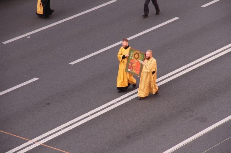 После литургии тысячи верующих двинулись от Казанского собора в сторону Александро-Невской лавры.