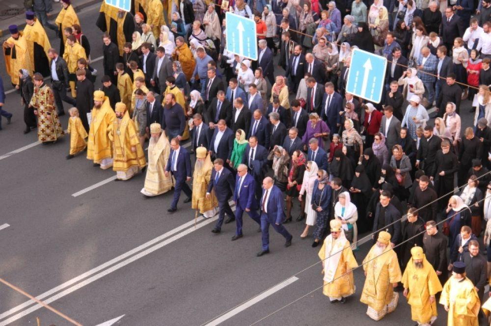 Приняли участие в шествии представители правительства и Законодательного собрания города.