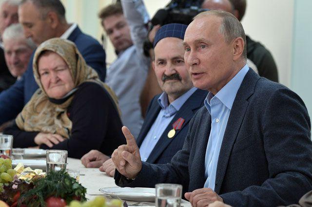 Президент РФ Владимир Путин во время встречи с местными жителями, принимавшими участие в контртеррористической операции на территории Дагестана в 1999 году.