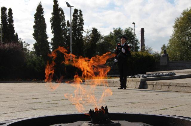 Школьники заступили на вахту у мемориала 1200 гвардейцам