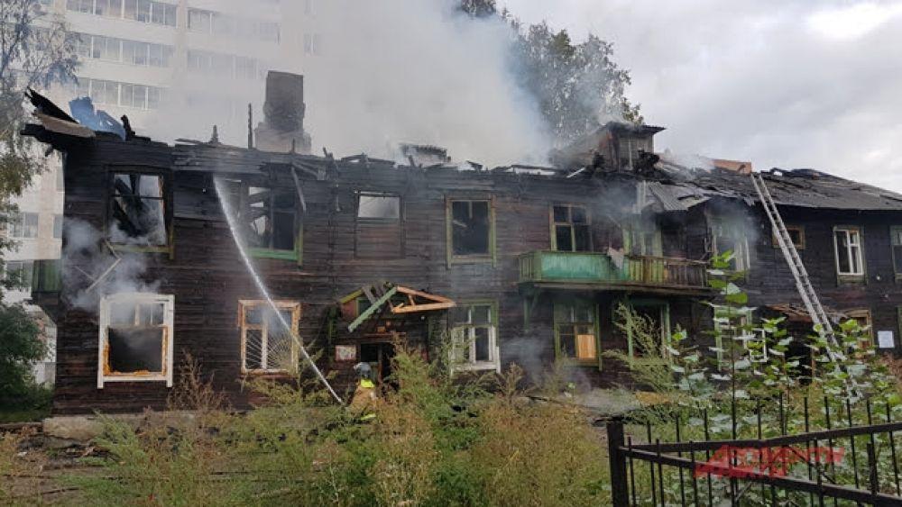 На улице Костычева загорелся барак, в котором жили люди