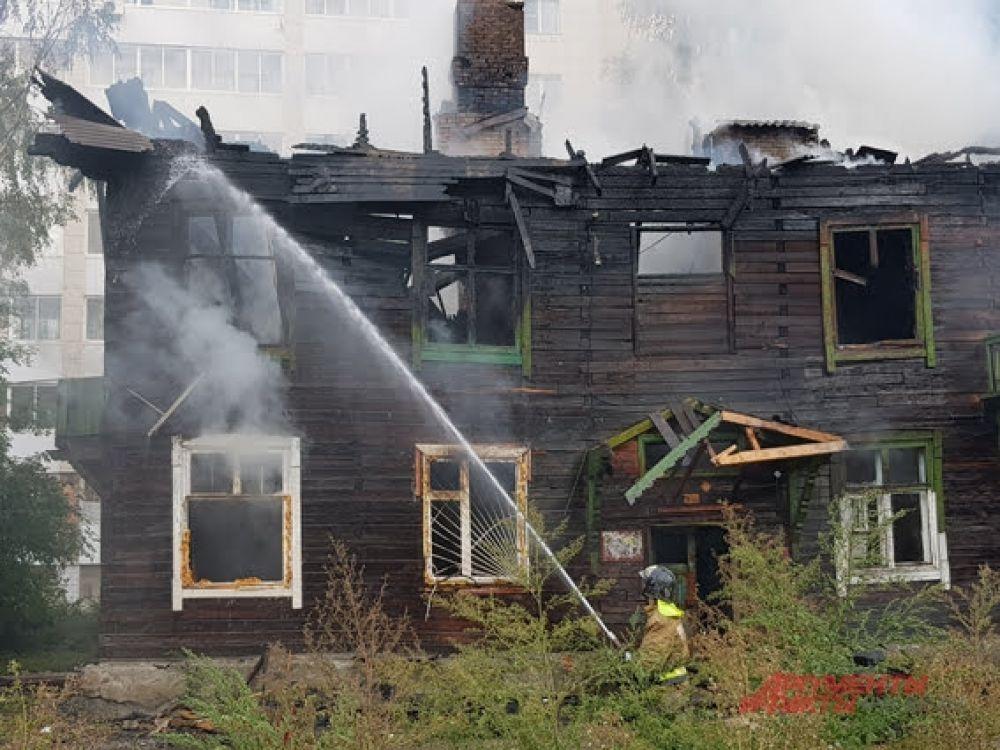 Загорелось деревянное здание в Ленинском районе мегаполиса