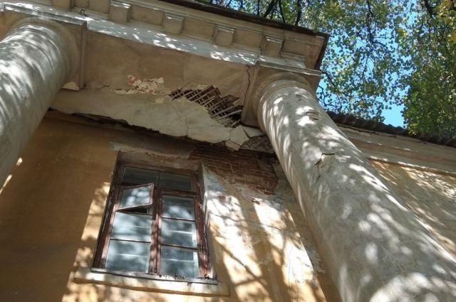 Редутный дом, принадлежащий Министерству обороны РФ, постепенно разваливается.
