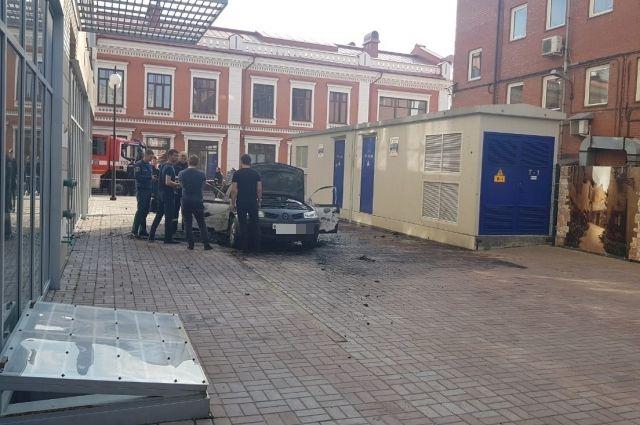 Когда хозяин вышел на улицу, автомобиль уже был в огне.