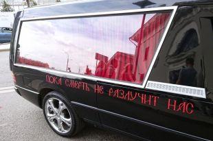 Собчак и Богомолов приехали в ЗАГС на катафалке