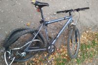 Велосипед частично смяло от столкновения с машиной.