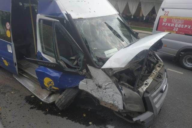 Автобус врезался в столб в Чебоксарах.