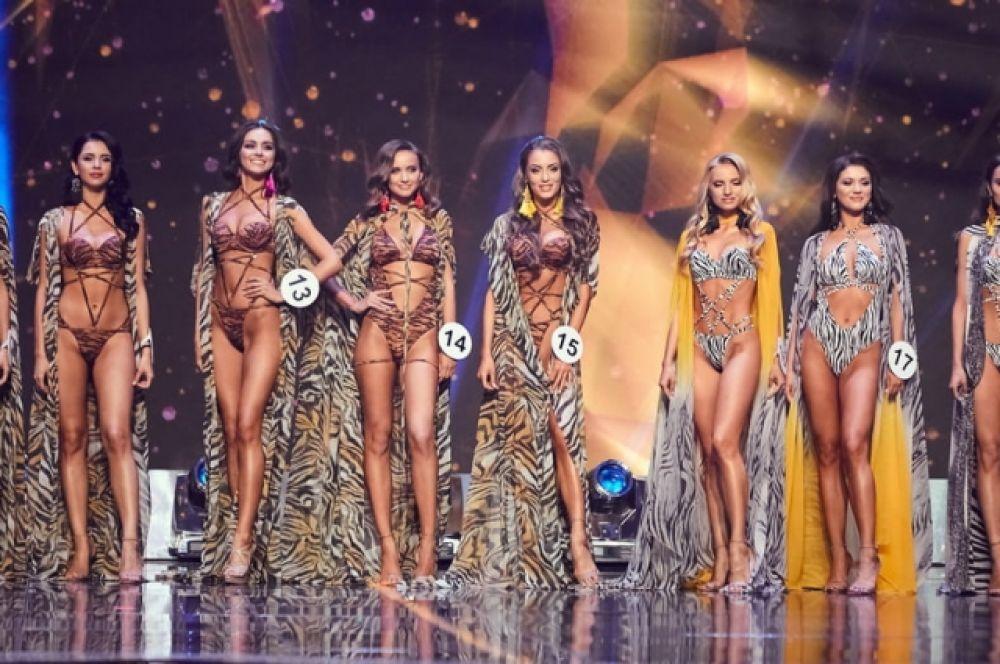 Кстати, выступления звезд чередовались с выходами участниц конкурса в разных нарядах, среди них - выход в купальниках и бикини.