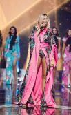 Оля Полякова по-настоящему зажгла зал, выступая в ультра-откровенном розовом костюме.