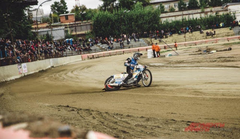На самом же первом круге заезда на повороте падает первый гонщик, следом за ним второй — летит прямо с мотоциклом в борт трека. Такие случаи ожидаемы — борты на треке установлены мягкие.