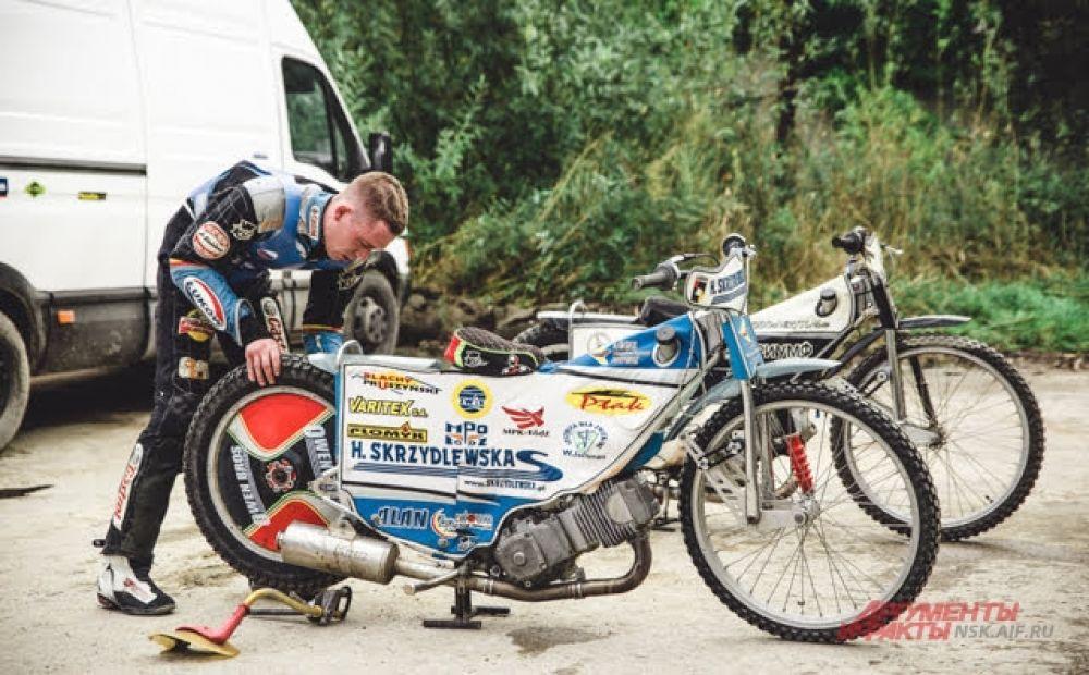 Последние приготовления — гонщики очень тщательно осматривают свои мотоциклы перед каждым выходом на мотодром.