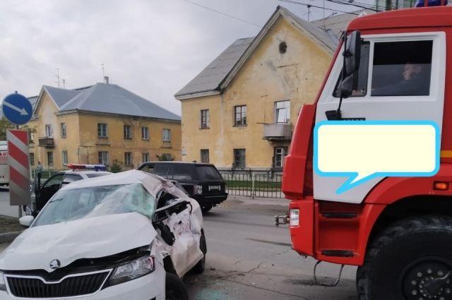Произошло столкновение автомобилей, в результате которого женщина 1975 года рождения, водитель «Шкоды», была доставлена в больницу с травмами, ее 15-летний сын, который сидел сзади, также с травмами доставлен в больницу.