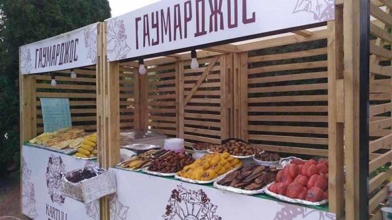 Ну и напоследок о вкусненьком! На ВДНГ прошел KARTULI FEST 2019 - фестиваль грузинской еды и вина, о котором вы узнаете за километр - по запаху. На фестивале гостям были доступны любые лакомства и самые вкусные блюда грузинской кухни, вина и напитки.