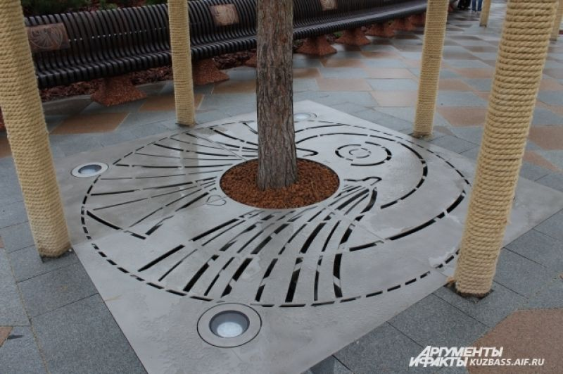 Корневая система также закрыта специальными панелями с логотипом парка.
