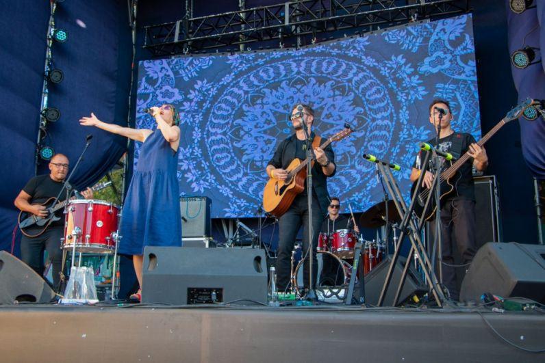 На малой сцене фестиваля выступали артисты, зачитывая отрывки из произведений Булгакова. А вот на большой зажигала группа «Лиловый», которые творили просто магию звука.