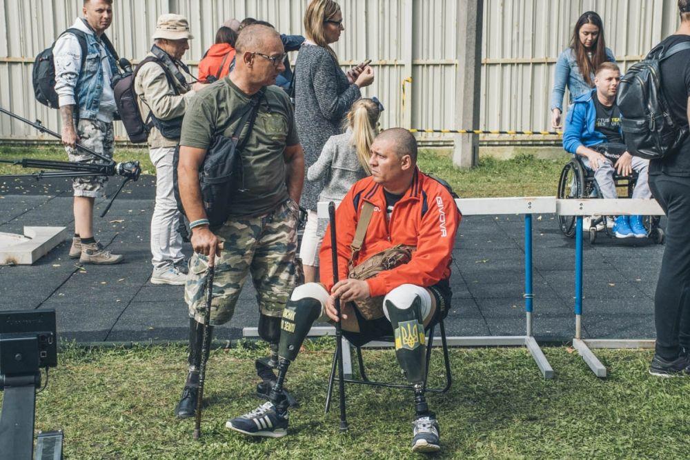 Для многих ветеранов АТО, вернувшихся с войны на Донбассе, «Ігри Нескорених» стали вторым дыханием. Участники соревнований проходят испытания в разных видах спорта: пауэрлифтинг, легкая атлетика, стрельба из лука, гребля на тренажере и плавание.