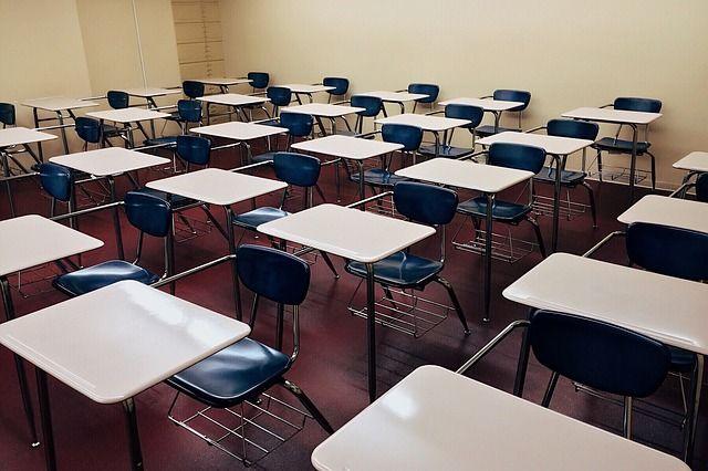 """По словам учителя, больше всего в работе """"убивает"""" заполнение кипы различных бумаг."""