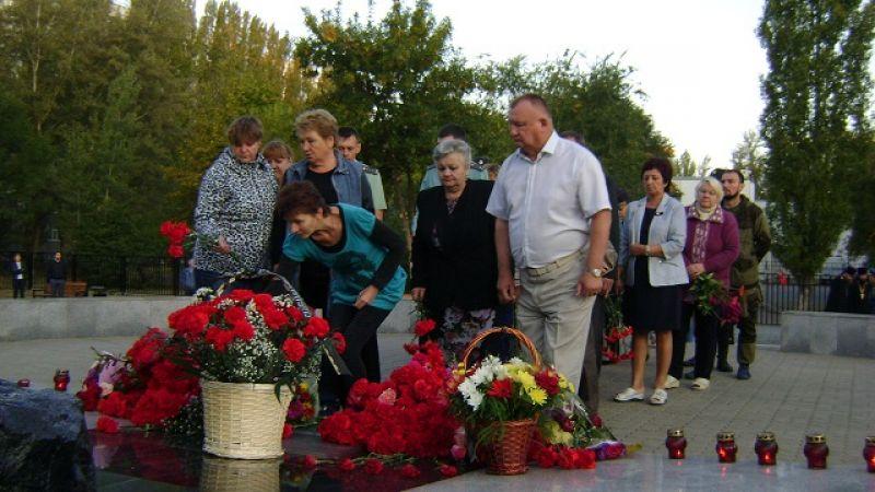 С 5 часов утра к памятному знаку в квартале В-У приходят горожане, чтобы  почтить память жертв теракта.