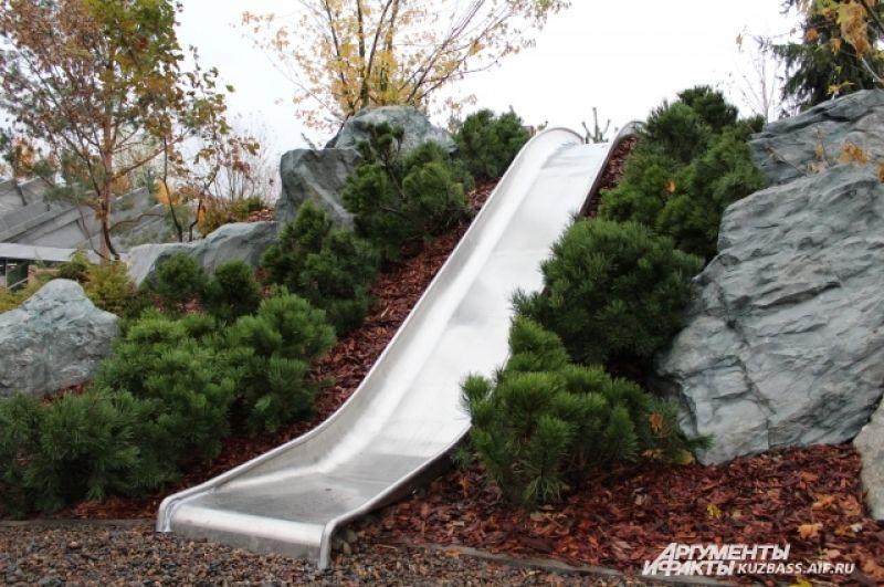 Предусмотрены элементы ландшафтного дизайна для детей, к примеру, горки, с которых можно кататься зимой и летом.