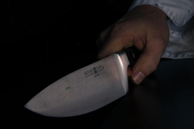 Со слов задержанной, она схватилась за нож из-за внезапно возникшего конфликта с потерпевшим во время распития алкоголя.