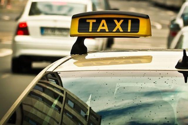 Тюменец ограбил пассажира такси, выбежав из автомобиля на первом светофоре