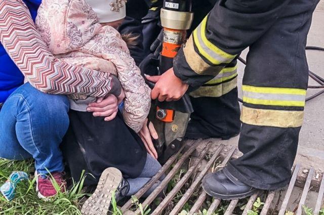 В Омске шестилетняя девочка застряла в ливневой канализации