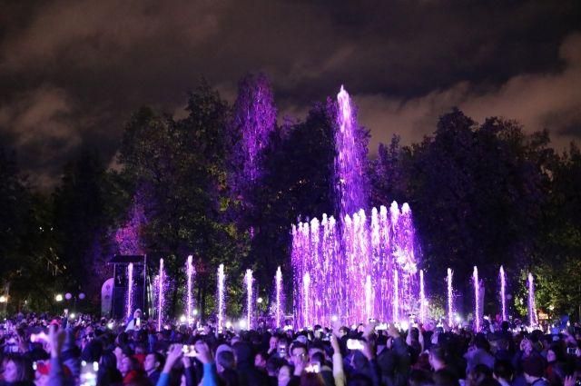 Несмотря на дождливую погоду, торжественное событие привело в парк сотни людей, которые с нетерпением ждали открытия.