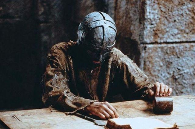 Король, брат или авантюрист: кем был таинственный узник Бастилии, известный как «Железная маска»?