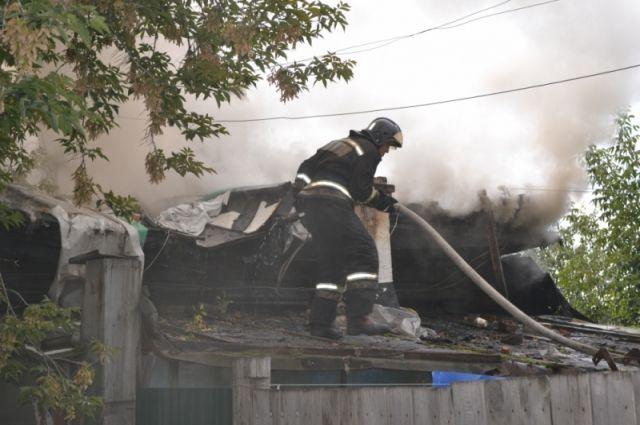В Тюмени 29 человек тушили пожар на улице Смоленская