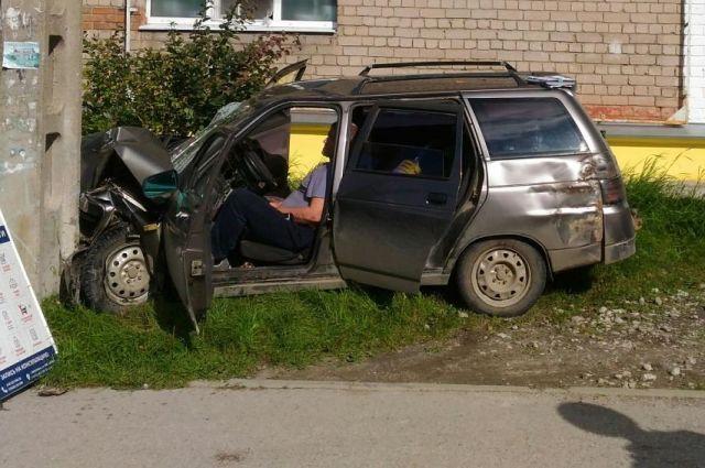 Водитель ВАЗа съехал с дороги и врезался в столб.