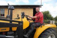 Поповский крестьянин Хайко Принц лучше многих управляет трактором.