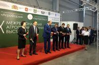 Александр Моор напомнил на выставке УФО: покупайте тюменское!