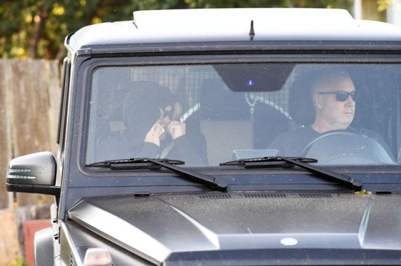Мать Александра Кокорина Светлана Кокорина и его отчим Кирилл Логинов в автомобиле у КПП исправительной колонии №4.
