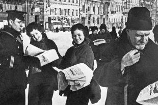 Ленинградцы читают номер газеты «Правда» с сообщением о прорыве блокады. Январь 1943 г.