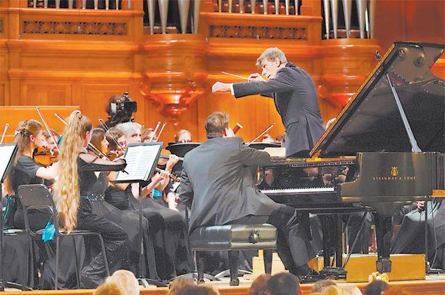 Ян Латам-Кёниг исполнял Десятую симфонию Шостаковича ещё с молодёжным оркестром.