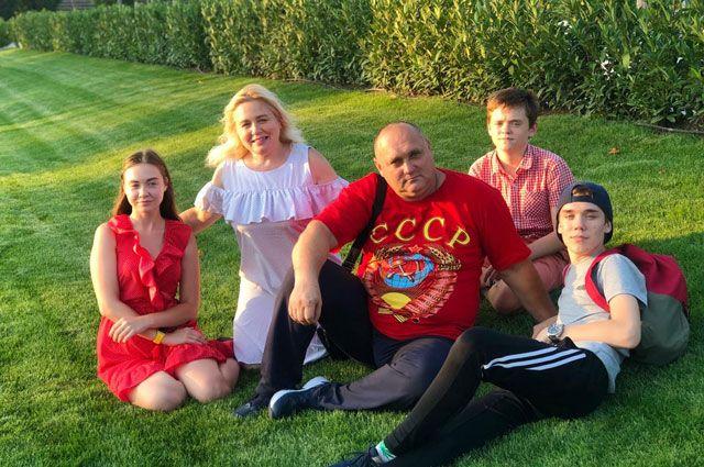 Андрей Петров с семьёй.