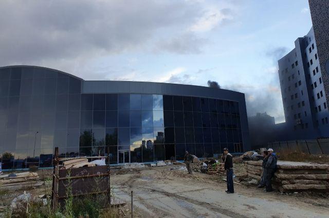 В Тюмени возле аквапарка «ЛетоЛето» горел пенопласт на стройплощадке