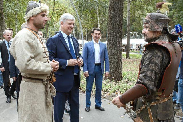 У входа в парк гостей встречали реконструкторы, воплотившие образы разных народов и эпох.