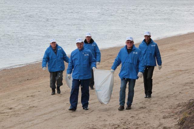 На левом берегу Оби в районе посёлка «Белые росы» работники новосибирского Горводоканала собрали более  120 мешков мусора, пройдя 2 км береговой линии.