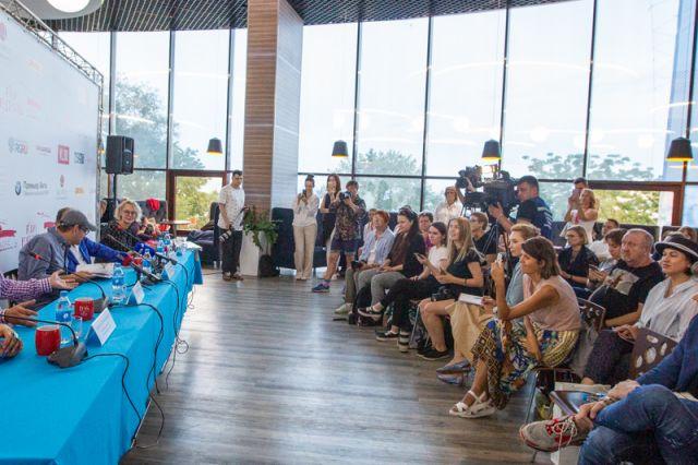Встречи со знаменитыми актёрами и организаторами фестиваля всегда вызывают большой интерес.