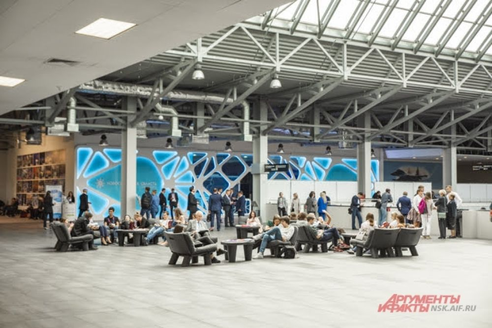 С раннего утра на территории новосибирского экспоцентра было многолюдно - начался крупнейший международный форум