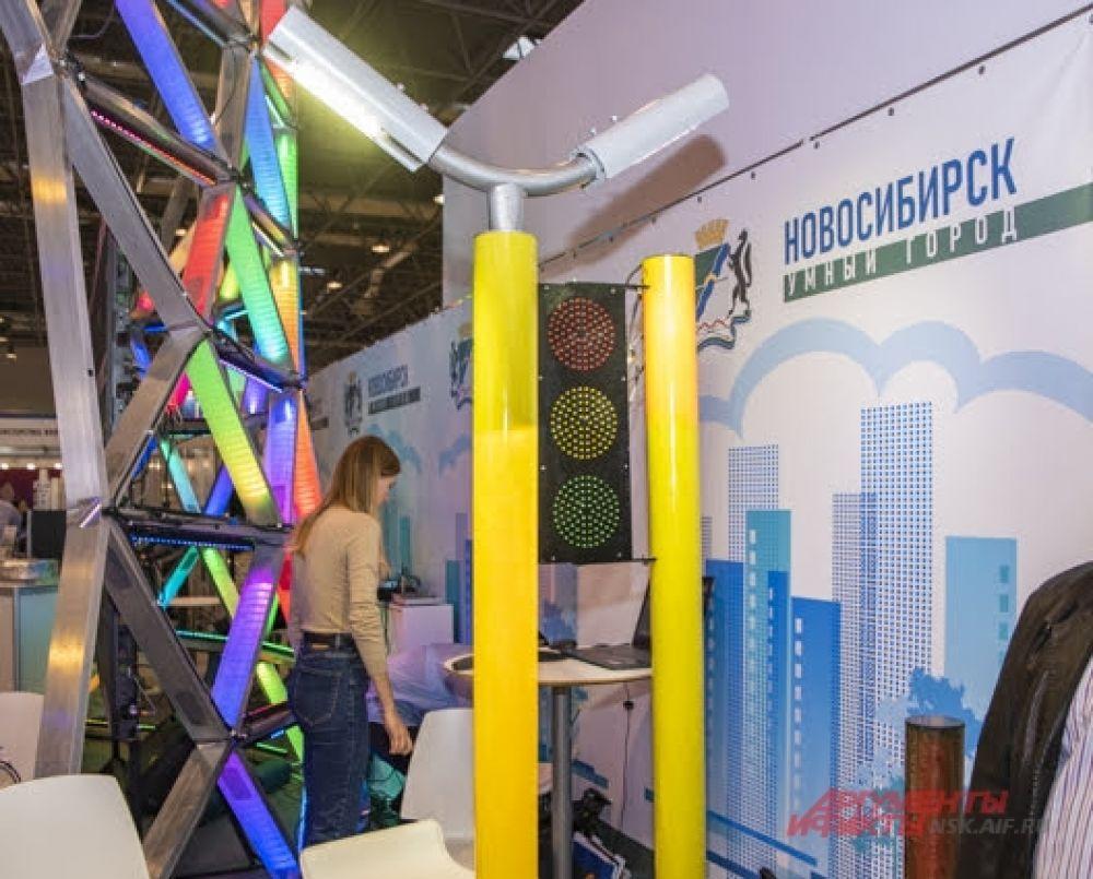 Многих гостей заинтересовал проект современных безопасных фонарных столбов из композита, которые смягчают удар при ДТП, а также отражают цвета, которые передает светофор